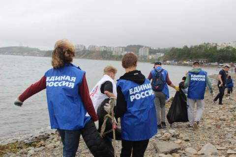 «Единая Россия» вышла на очистку морского побережья во Владивостоке