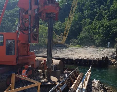 Дорожники начали бурить скважины для опоры моста через реку Соколовка