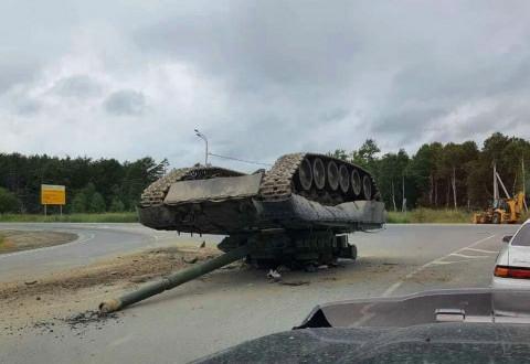 Танк уронили на дорогу на Сахалине