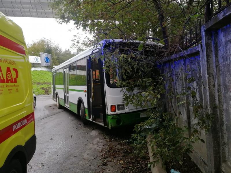Автобус врезался в стену во Владивостоке, потребовалась скорая