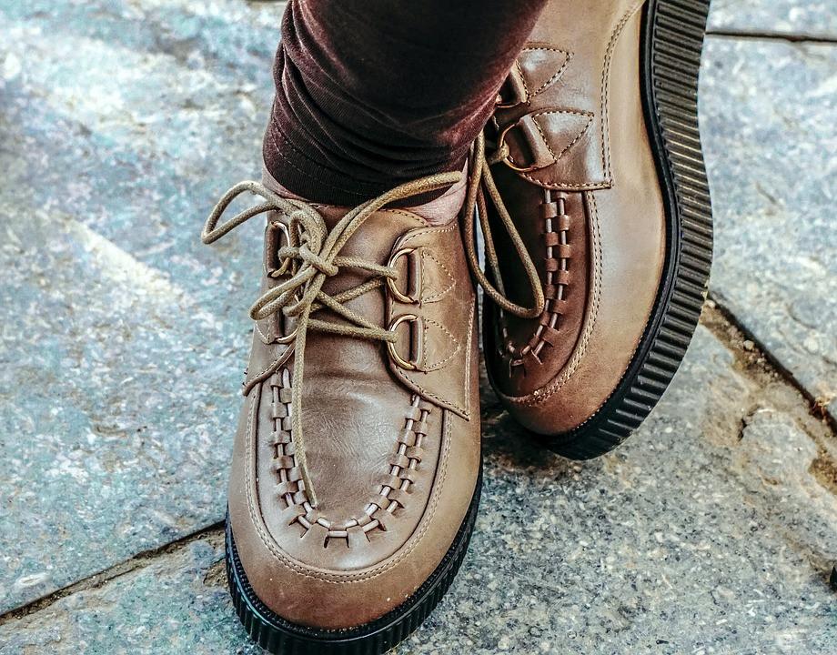 Врач рассказал, почему стоит носить обувь по сезону