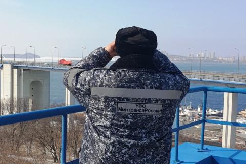 Во Владивостоке охраной Минтранса из ледяной воды спасен человек