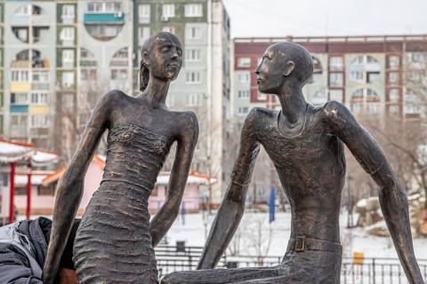 Дальневосточный памятник влюбленным похож на россиян, выживающих на МРОТ