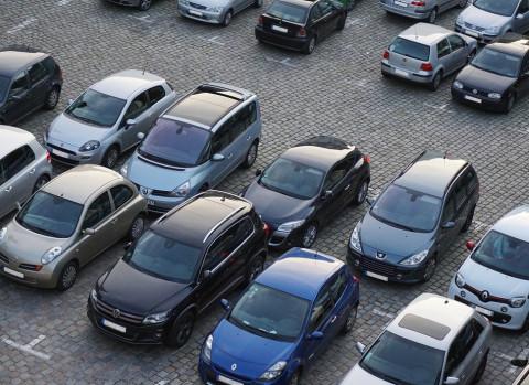 Яма на парковке засосала три машины в Санкт-Петербурге