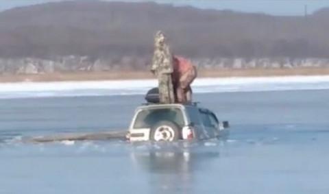 Автомобиль рыбаков ушёл под воду в Приморье