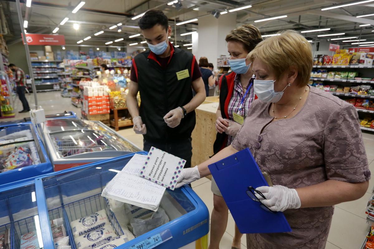 Людей без масок штрафуют в приморских магазинах