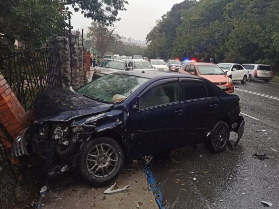 Белая налево, синяя направо: две Toyota Axio не поделили дорогу во Владивостоке