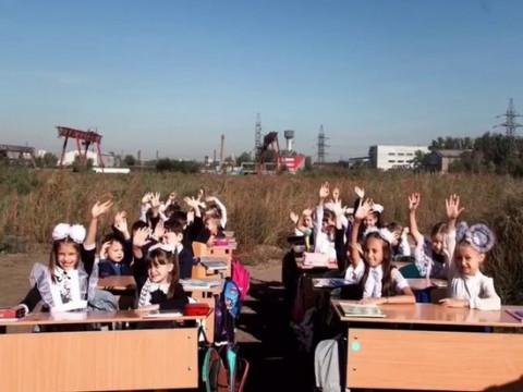В Сибири детям провели урок на пустыре, а школу пообещали в 2025-м