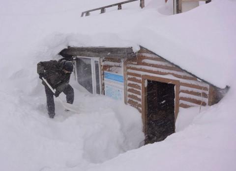 Два десятка грузовиков застряли в снежном плену на Чукотке