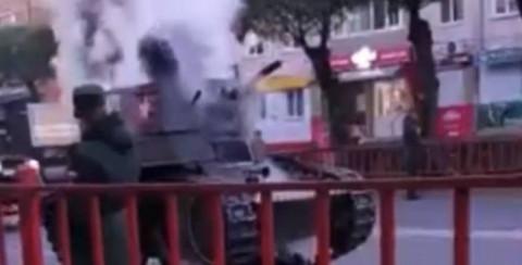 В Приморье на улице загорелся танк