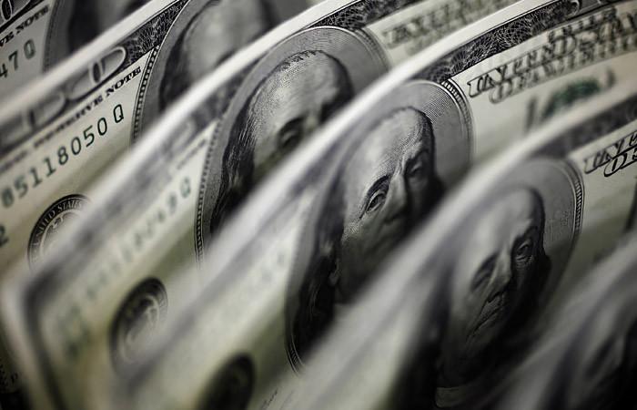 Доллару предсказали скорое падение до 65 рублей