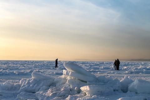 Рыбаков унесло на льдине с машиной в Приморье