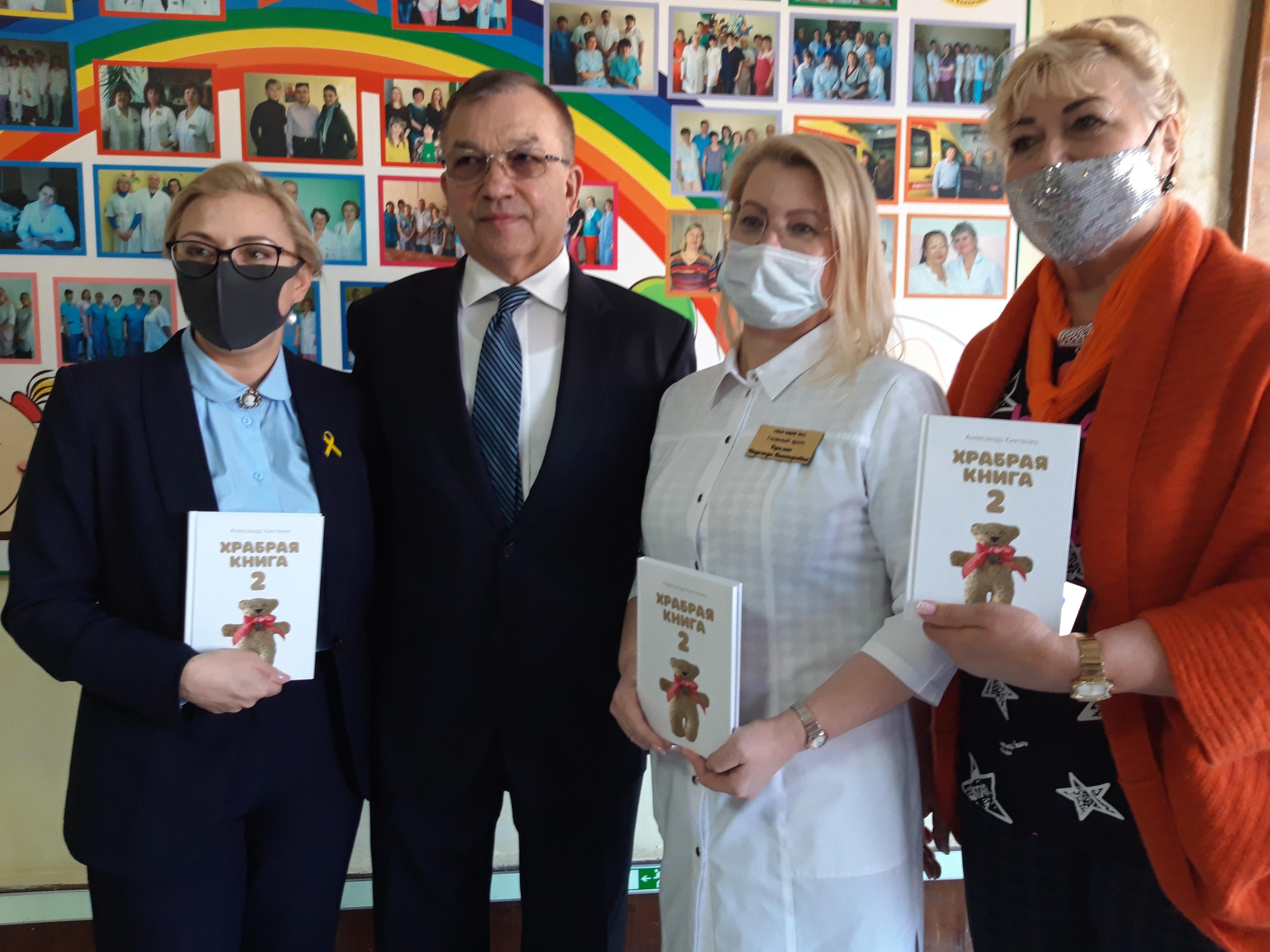 Новый тираж «Храброй книги» передали пациентам детской онкогематологии во Владивостоке