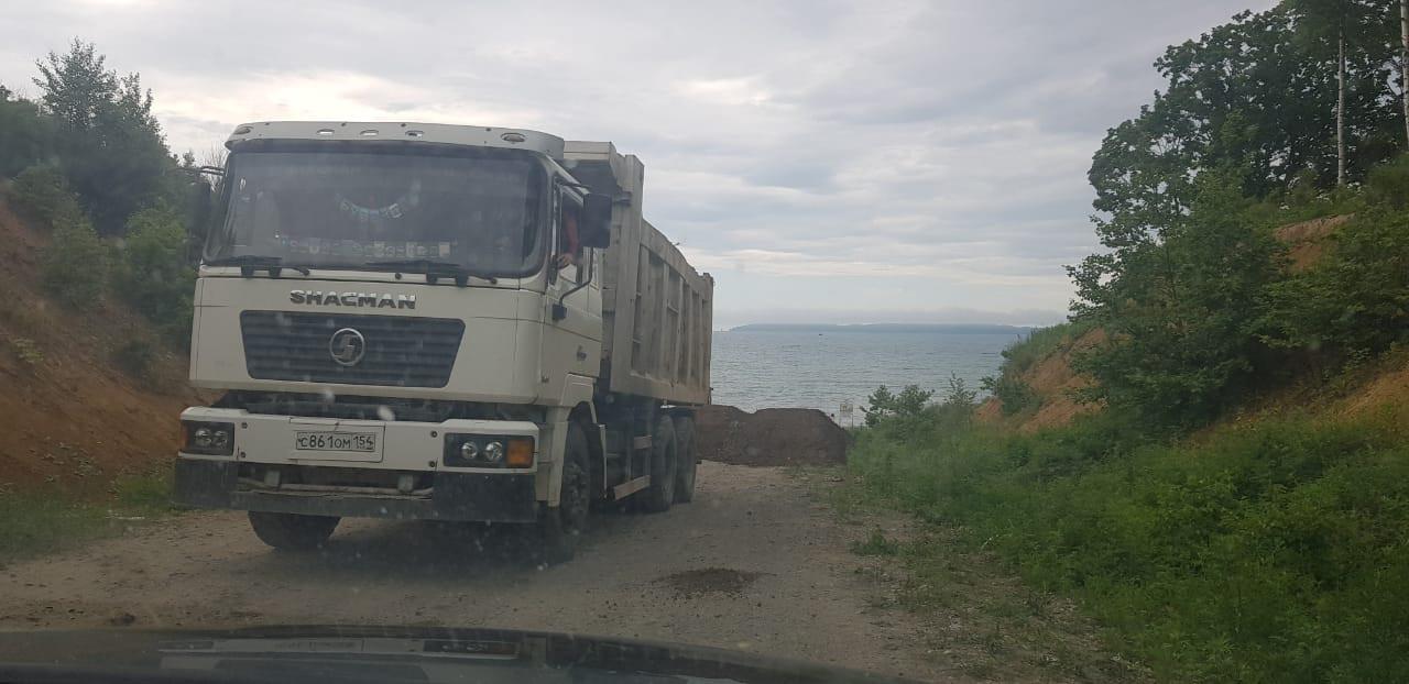 «Это частная территория»: В Приморье перекрыли дорогу к поселку