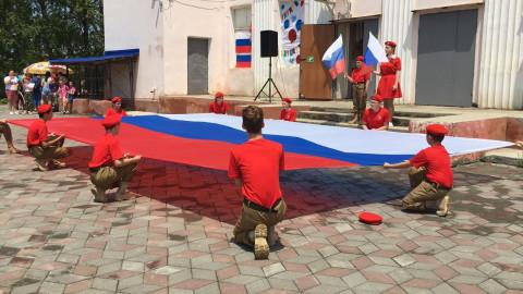 Юнармейцы развернули большой флаг России в Приморье