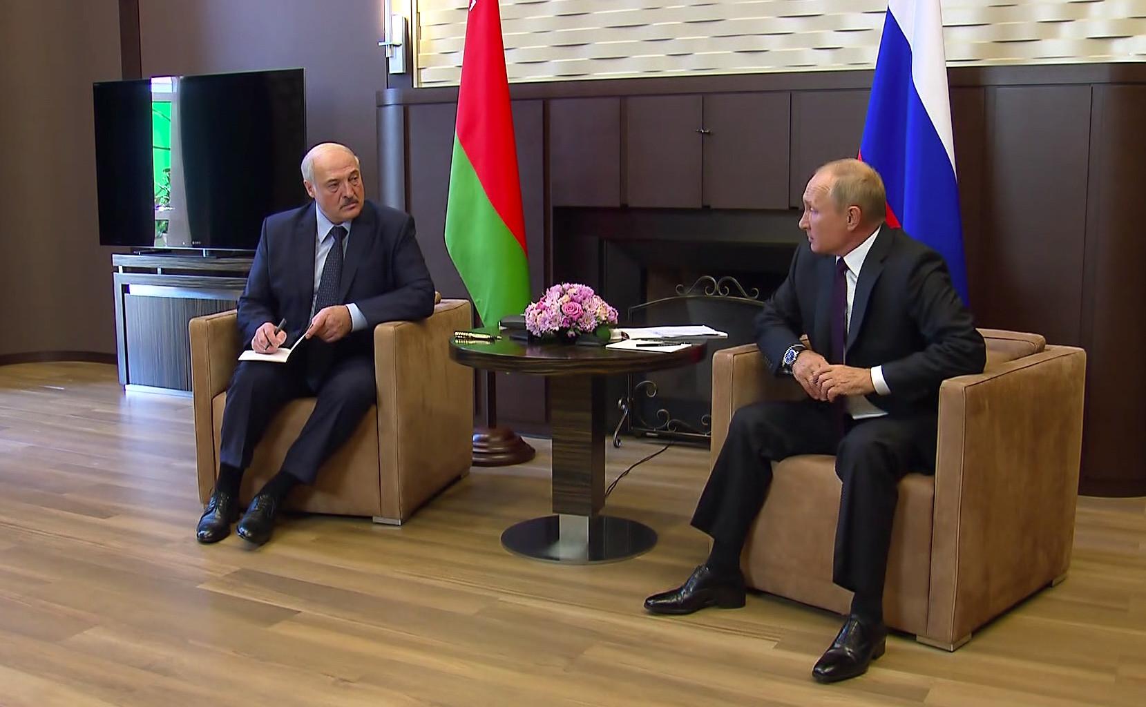 Деньги вместо бойцов пообещал Путин Лукашенко