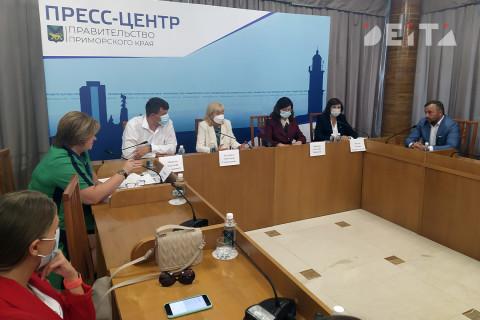 «Надо ускоряться»: Вакцинацию в Приморье обсудили за круглым столом