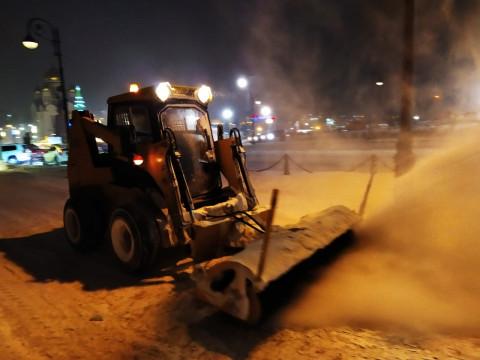 Засыпанные снегом дороги чистили всю ночь