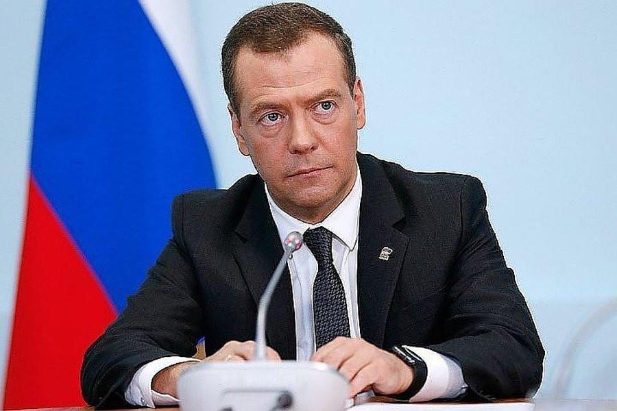 Медведев верит в доллары