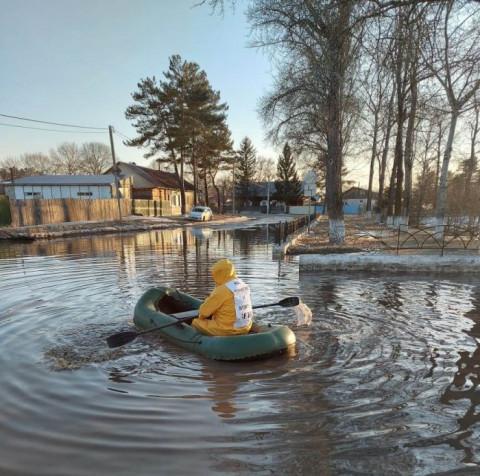 Дороги затоплены: горожанин отправился к мэру на лодке