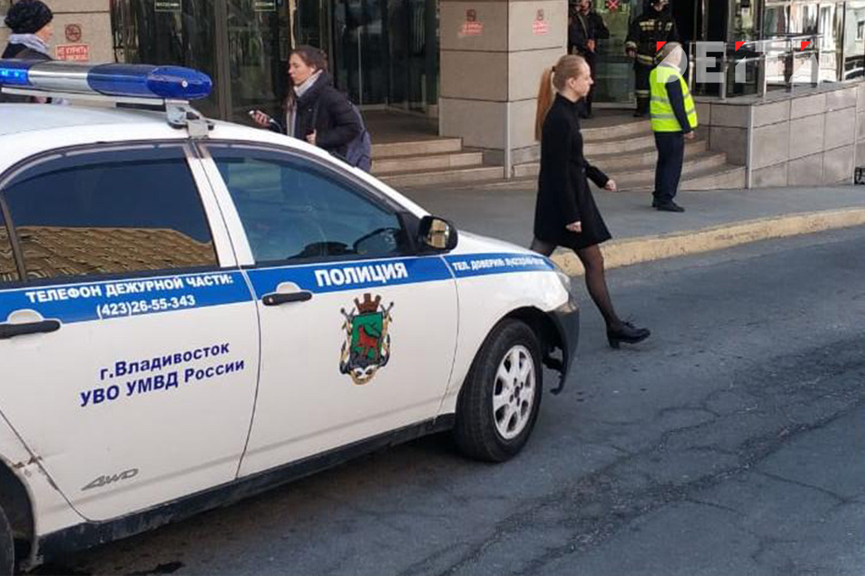 Шоу разлучниц у здания суда сорвала полиция в Приморье