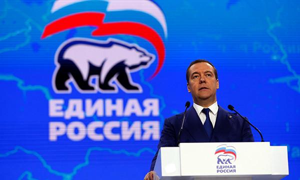 Медведев заявил о неизбежности экономического спада в России