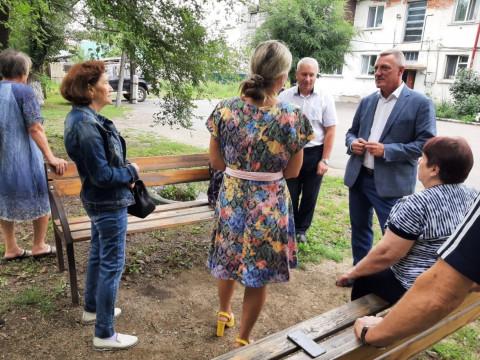 Приморские депутаты проводят отпуск на встречах с избирателями
