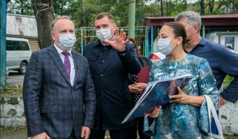 Мэр Владивостока проинспектировал ремонт крыши, дворов и общественных пространств