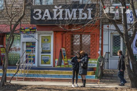 Закредитованные россияне продолжают набирать долги