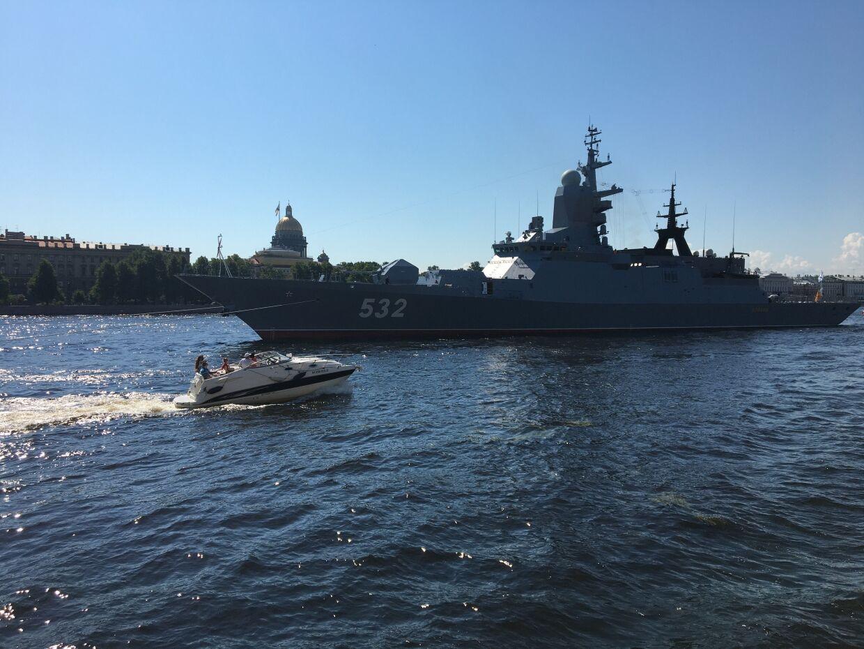 Корабли выстраиваются в парадном строю ко дню ВМФ
