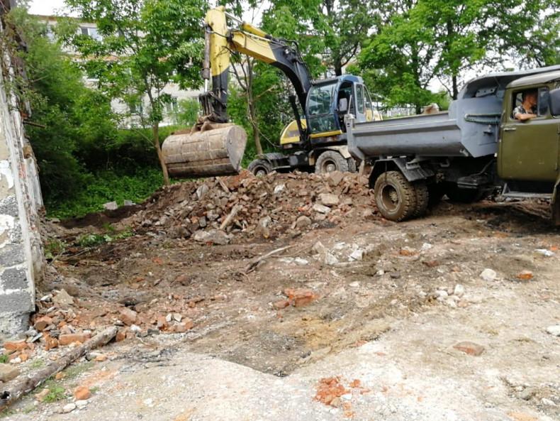 Рабочие приступили к строительству сквера на острове Попова