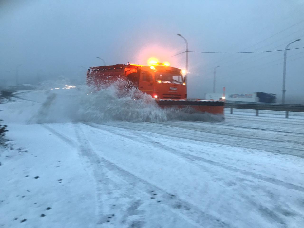 Техника вышла на уборку от снега приморских дорог