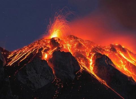 Дальневосточники пожарили сосиски на раскалённой лаве