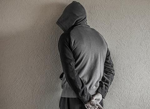 Подозреваемый в закладках приморец сломал руку полицейскому
