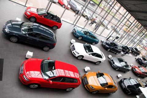 Россиян просят покупать машины за наличные деньги