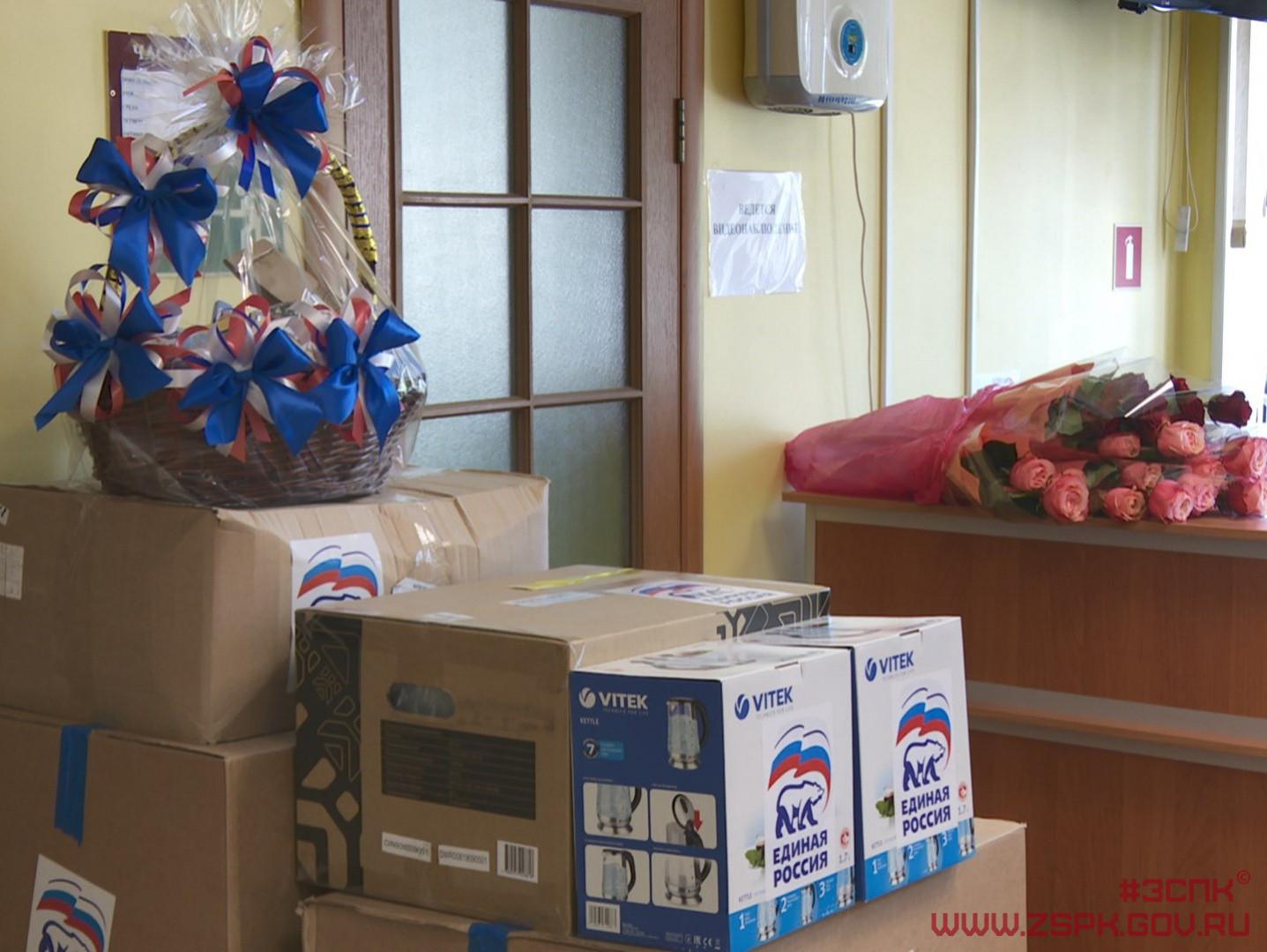 Подарки приморским медикам передали депутаты