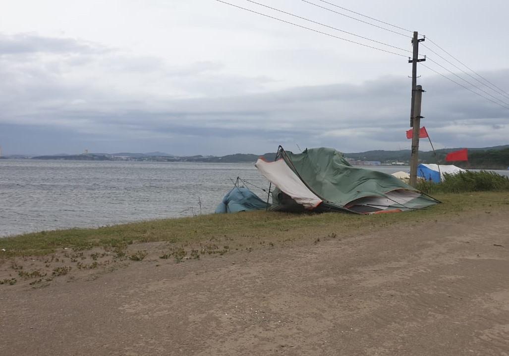 Шторм в Приморье уносит палатки туристов в море