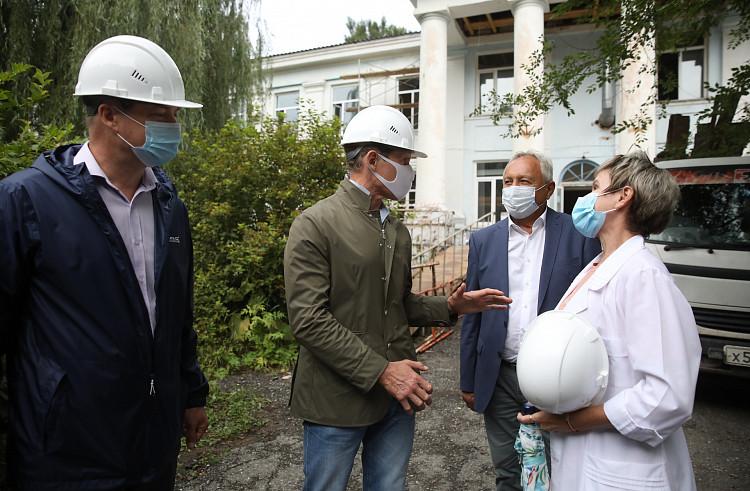 Губернатор проинспектировал восстановление больницы и ремонт олимпийской базы в Приморье