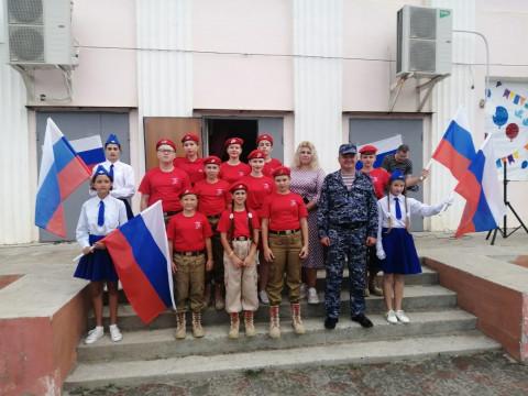 Юнармейцы провели акцию, посвященную российскому флагу