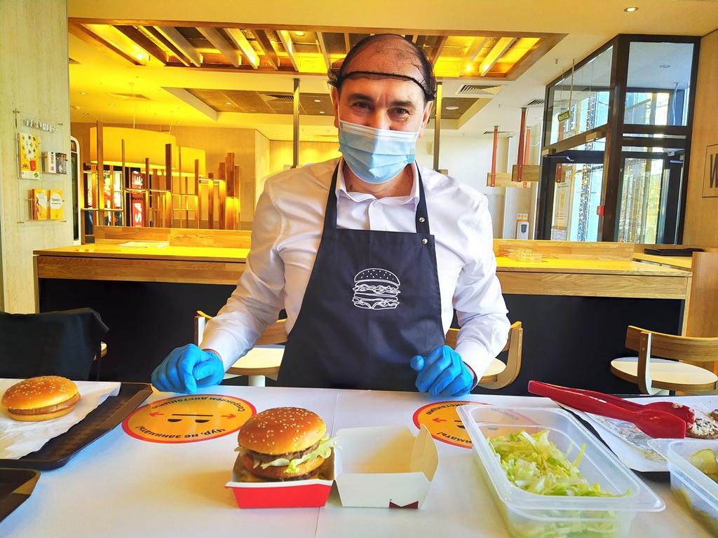 Полминуты – и БигМак готов: Профессионалы Макдоналдс рассказали о технологиях приготовления блюд