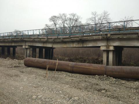 Дальнобойщику, под которым рухнул мост, пришел на помощь профсоюз