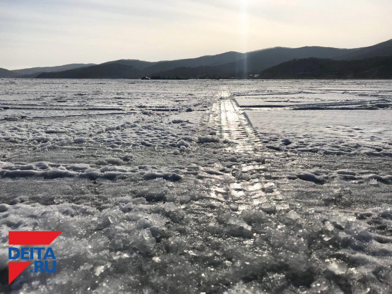 """""""Индюки сопатые!"""": якутские бензовозы так и торчат во льдах вопреки заверениям МЧС"""