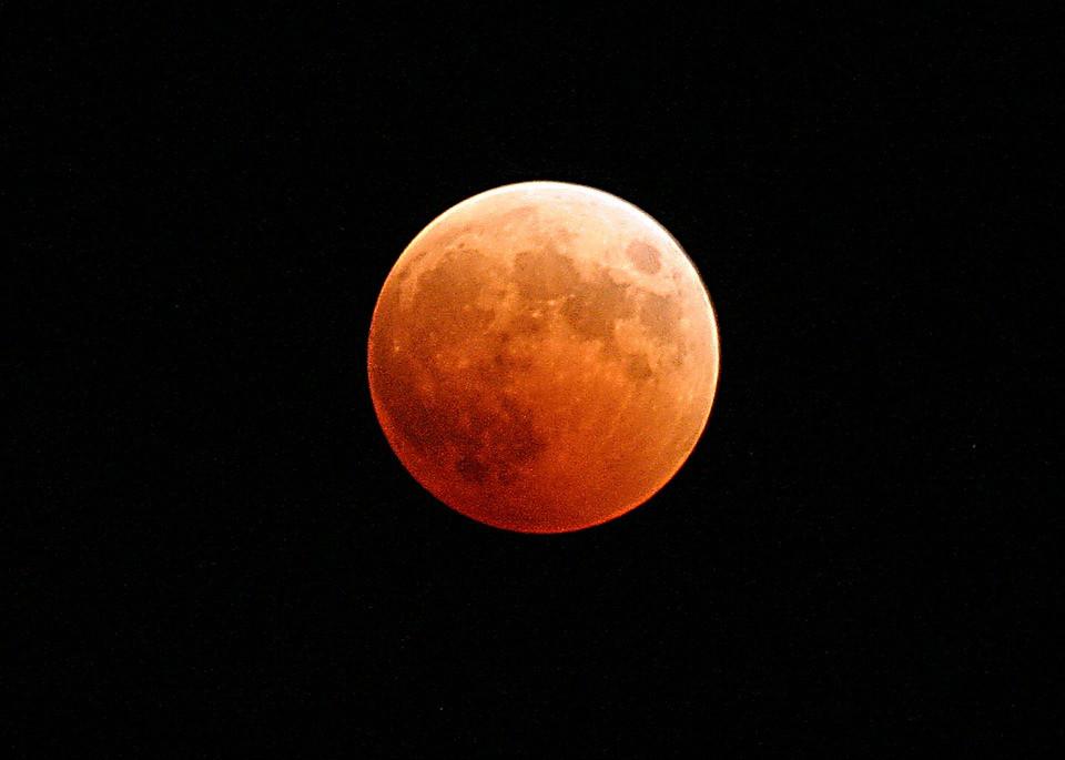 Полное лунное затмение произойдет через несколько часов