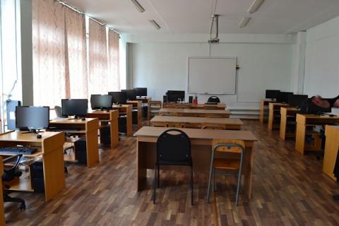 Учитель наказал опоздавших школьников противогазом