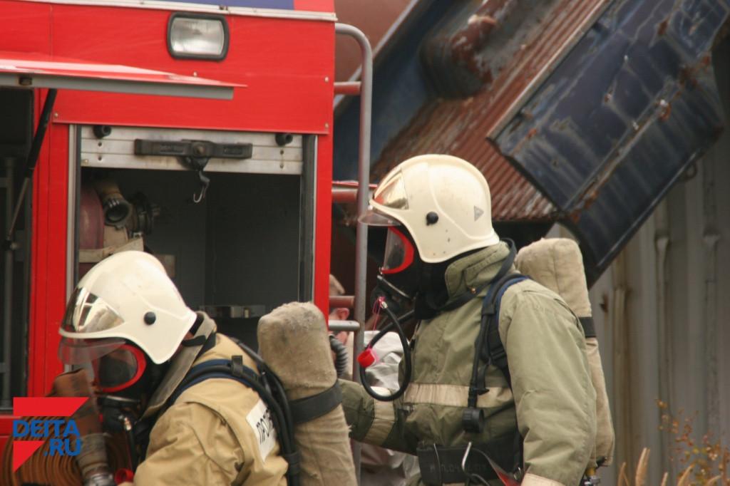 Пожарные спасли из огня мать и ребенка