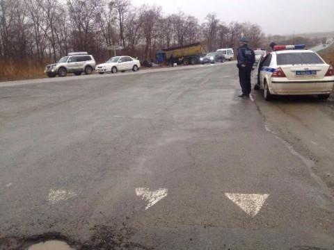 Водитель самосвала погубил молодых автомобилистов в Приморье