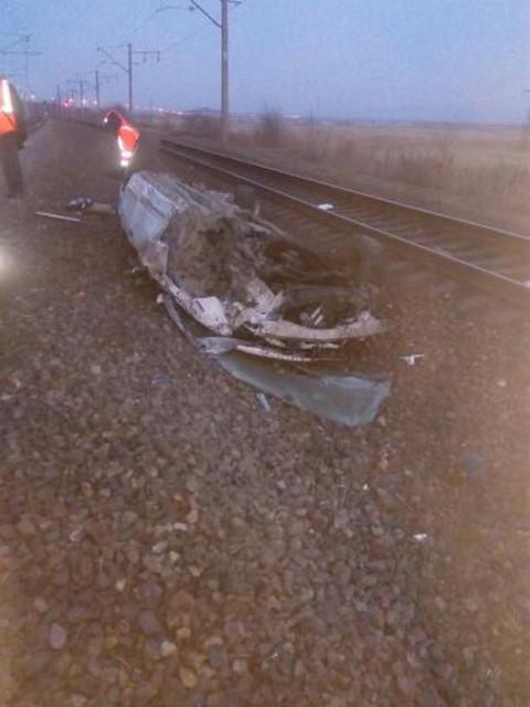 Поезд превратил автомобиль в груду металла