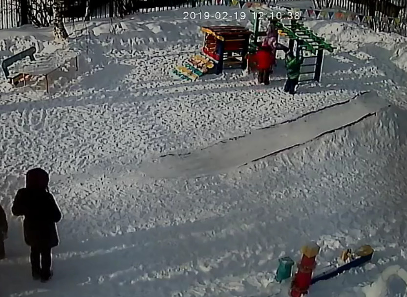 Ребенок едва не повесился на детской площадке