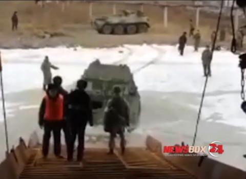 Военные утопили БТР при высадке на лед