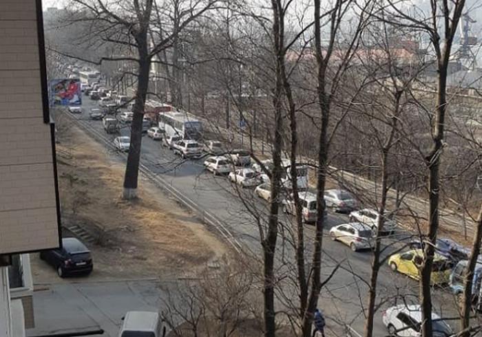 Часть Владивостока встала в глухой пробке